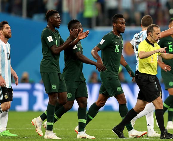 06842787Players of Nigeria argue with Turkish referee Cuneyt Cakir during the FIFA World Cup 2018 group D preliminary round soccer match between Nigeria and Argentina in St.Petersburg, Russia, 26 June 2018. EPA/Tolga Bozoglu